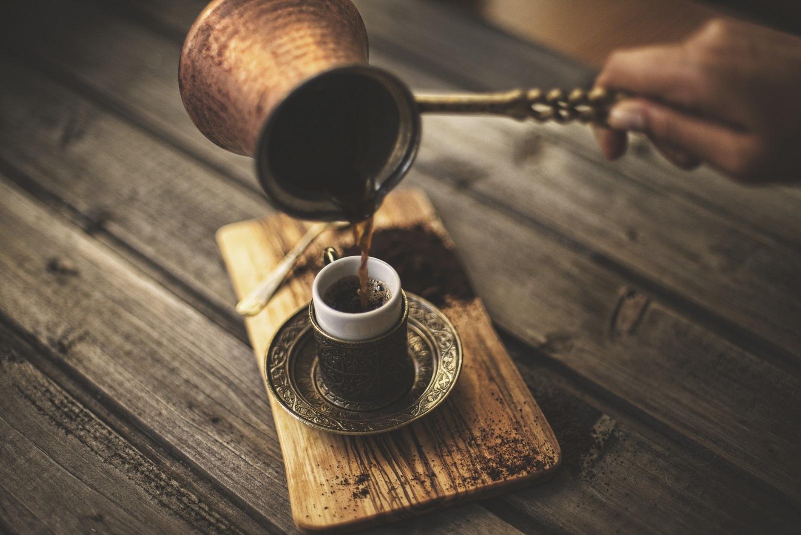 Кафето е силен антиоксидант<br /> Турското кафе има много ползи за здравето. То балансиранивото на холестерол в кръвта,намалява риска от рак и действа като лек срещу главоболие.