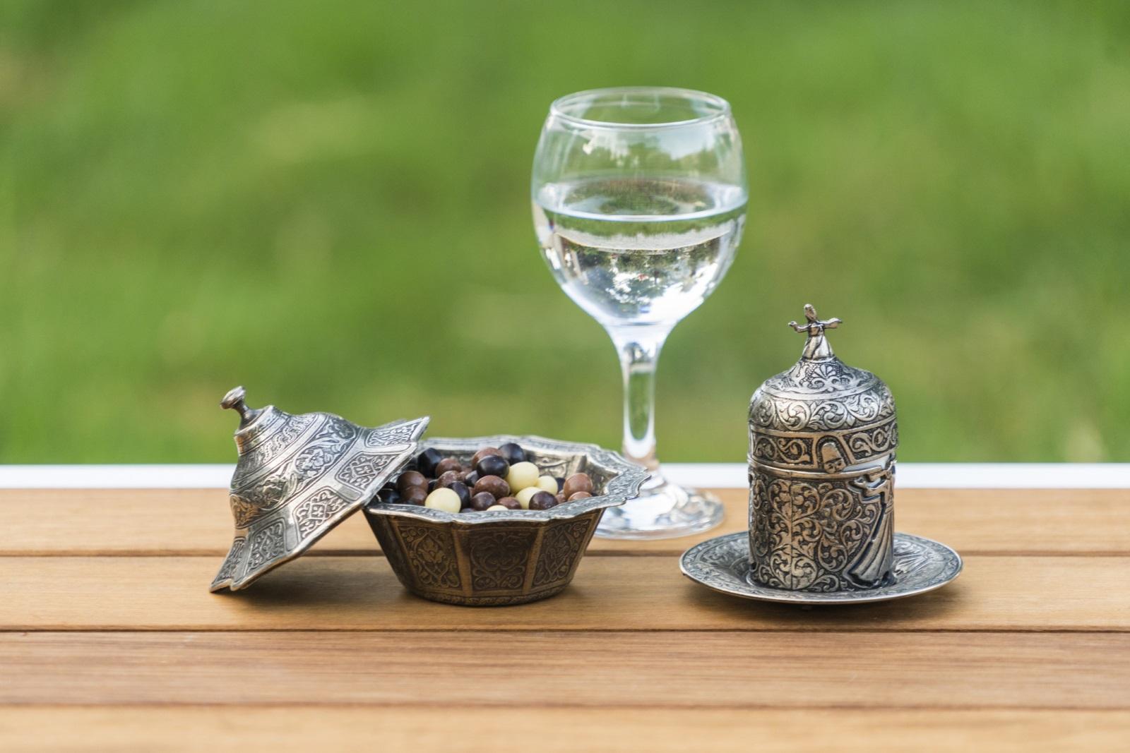Турското кафе винаги се сервира с чаша вода<br /> За гостоприемните турци гостите са важни. Да се види кое те пият първо е учтив начин за домакина да разбере дали са гладни или не. Ако гостът посегне първо към водата,това значи, че е гладен и домакинът приготвя ястие.Второ, водата помага за прочистване на небцето на човек, преди или след като е консумирал кафе.