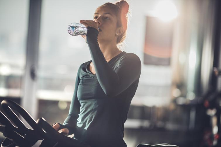 По време на интензивна тренировка<br /> Тогава тялото ни загрява, а пиенето на много вода ни охлажда, което води до
