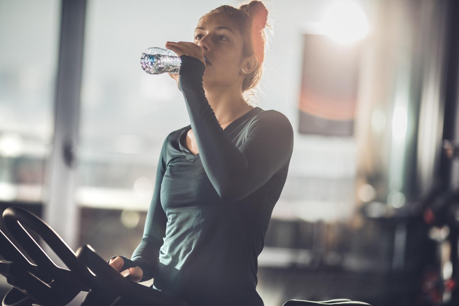 """По време на интензивна тренировка<br /> Тогава тялото ни загрява, а пиенето на много вода ни охлажда, което води до """"електролитно изчерпване"""", а неговите симптоми са главоболие, отпадналост и замаяност."""