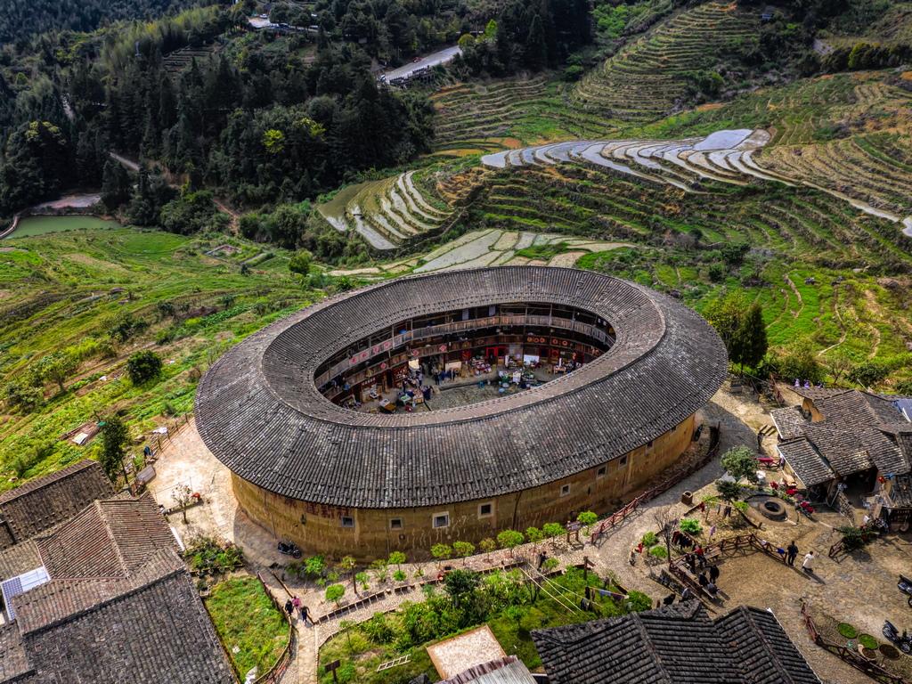 Внушителните къщи били построени за защита срещу въоръжени бандити, нападали южната част на Китай в периода от 12-ти до 19-ти век.