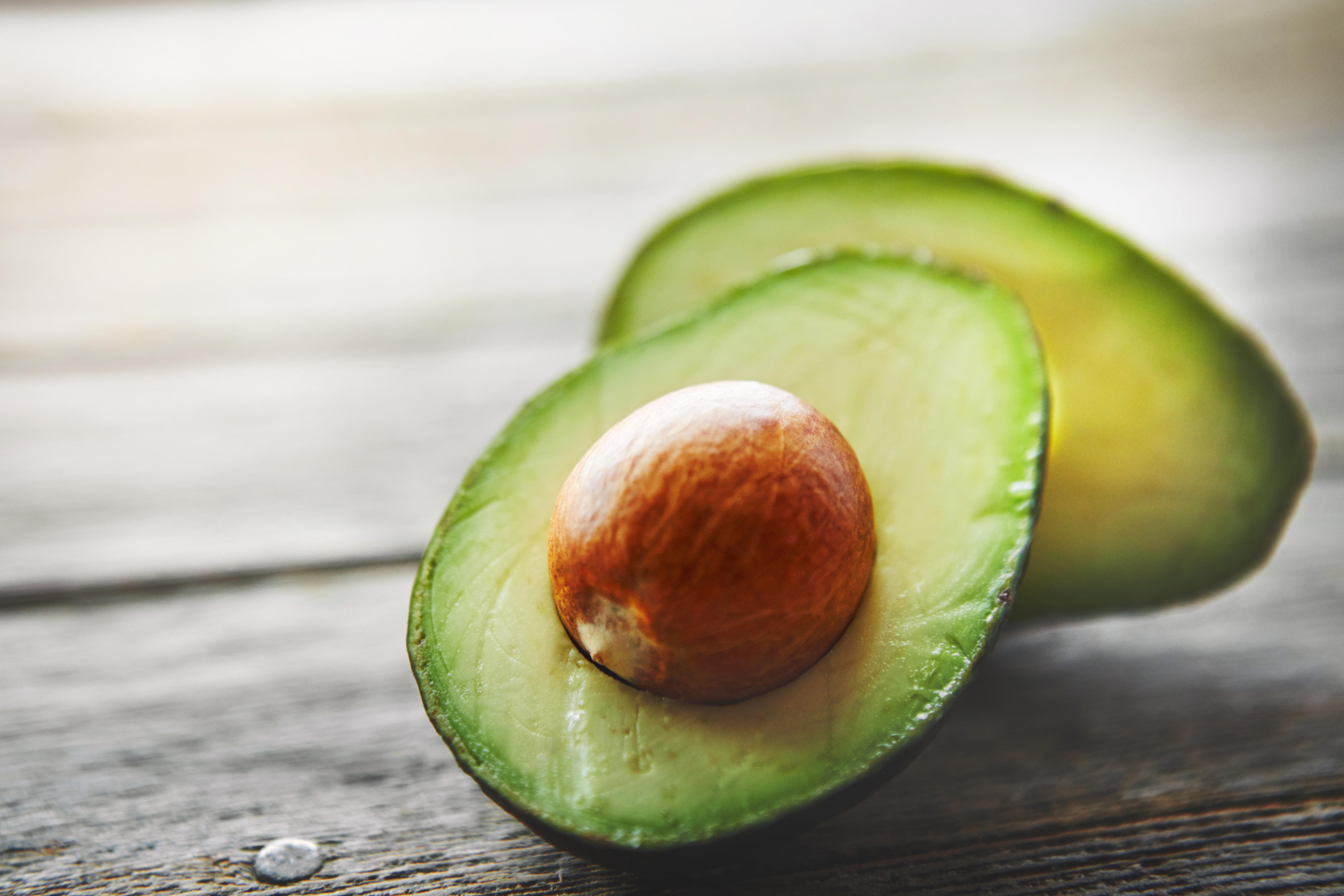 <p><strong>Авокадо</strong></p>  <p>Авокадто е пълно с полезни мазнини, т. нар. мононенаситени мазнини. Те помагат да се предотвратят резките скокове на кръвната захар, когато авокадото се включи в диета с балансирано хранене.</p>