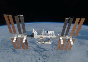 Астронавти излизат в открития космос