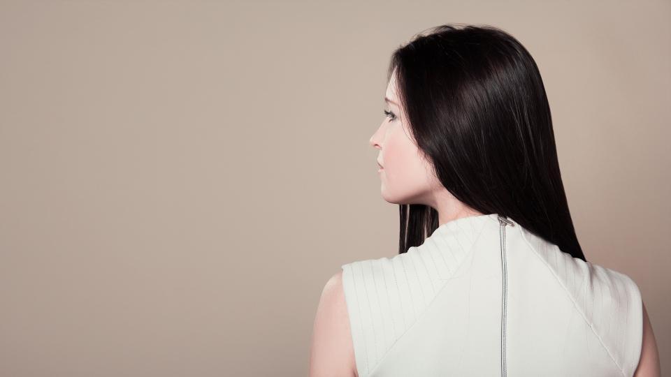 <p><strong>Черният цвят</strong> - Контрастът с белите коси е много по-силно изразен в сравнение с медените нюанси. Освен това катраненочерният цвят прави кожата ви по-бледа и подчертава несъвършенствата на кожата. Играйте на сигурно, като изберете по-меките цветове.</p>