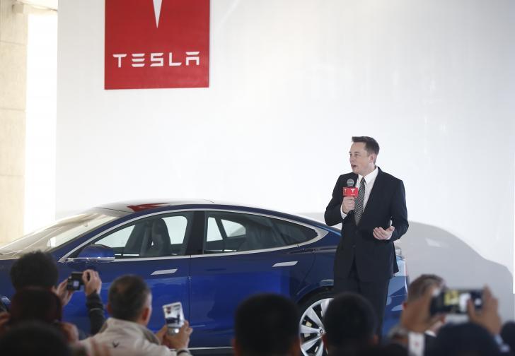 """Правете нещо важно<br /> <br /> """"Наистина не мислех, че Тесла ще бъде успешна. Смятах, че най-вероятно ще се провалим. Направих го обаче, защото знаех, че дори да се провалим, поне ще покажем, че представата, че електрическата кола е бавна и грозна като количка за голф, е грешна… Ако нещо е достатъчно важно, трябва да опитате, дори и да има голяма вероятност да се провалите"""", казва Мъск. И в думите му се крие голяма доза истина."""