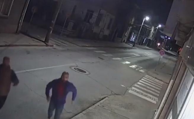 Двама крадат мивки от магазин