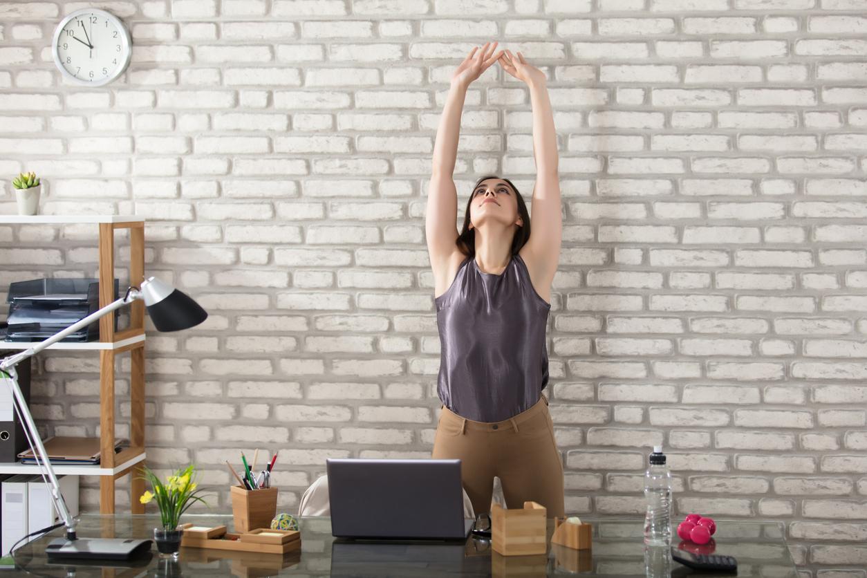 Намерете време да стоите прави<br /> Въпреки че седенето не може да бъде сравнено с вредни навици като пушенето, все повече проучвания потвърждават неблагоприятното му влияние върху човешкия организъм. Седенето по 8 часа на ден води до високо кръвно налягане, повишена кръвна захар и нездравословни нива на холестерола.<br /> Според проучване ставането за 2 минути на час за разходка из офиса или просто стоене в изправено положение понижават риска от сериозни заболявания с 33 процента. Дори и да не вярвате, си заслужава да опитате – това са само 2 минути на час.
