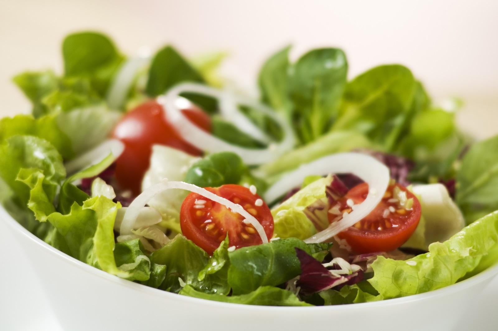 Разнообразието от тези зеленчуци през пролетта е голямо. Това е един от най-добрите начини да си набавимжелязо. В менюто ни трябва да има зелени салати, домати, чушки, зелен лук, коприва.
