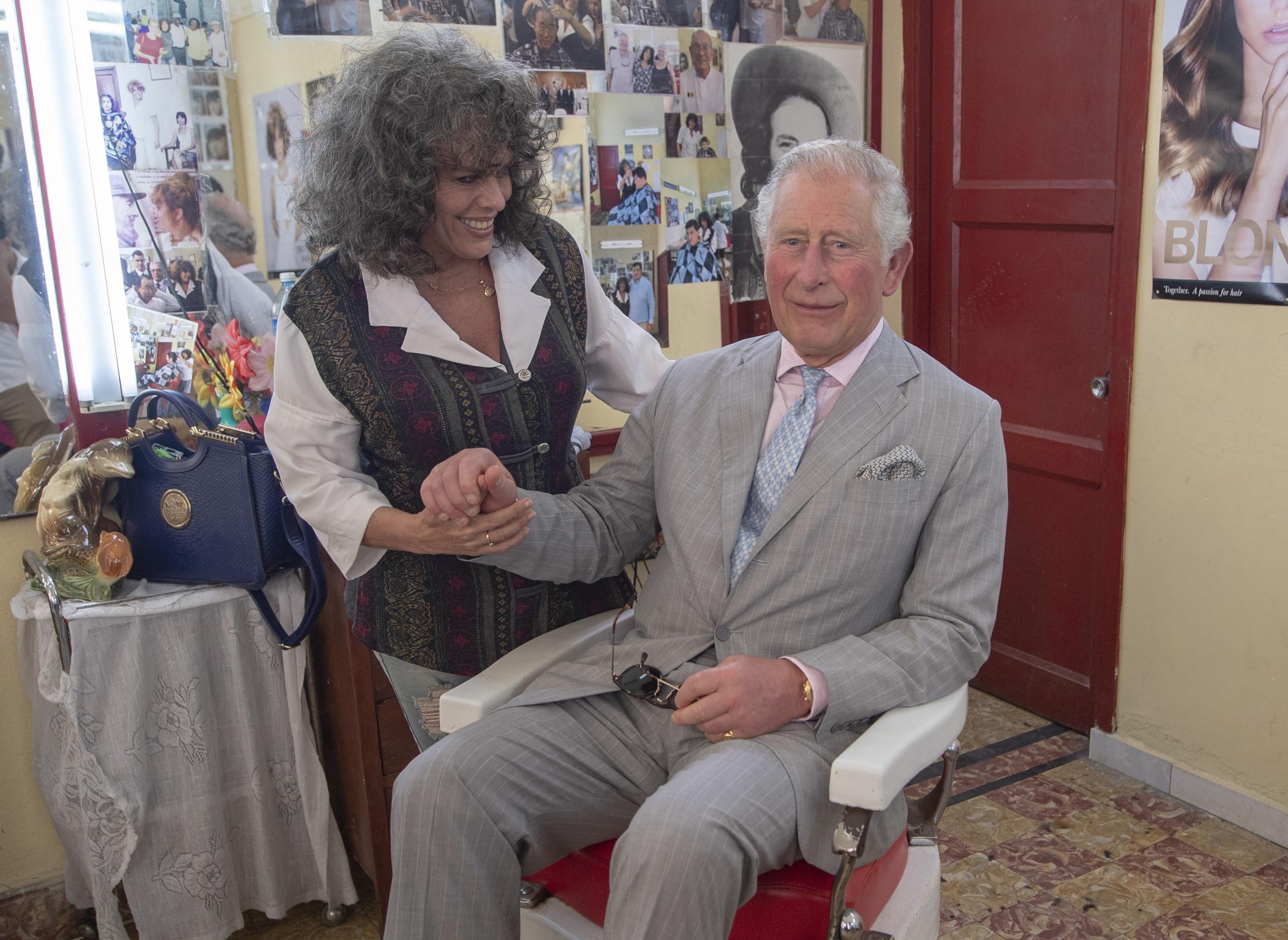 """""""Нямах представа, че един принц може да бъде толкова земен и ще избере да посети подобно скромно място, където да приседне и разговаря"""", сподели 58-годишната частничка Хосефина Ернандес. Принц Чарлз обаче е отказал предложената му подстрижка, тъй като наскоро е оформил прическата си."""