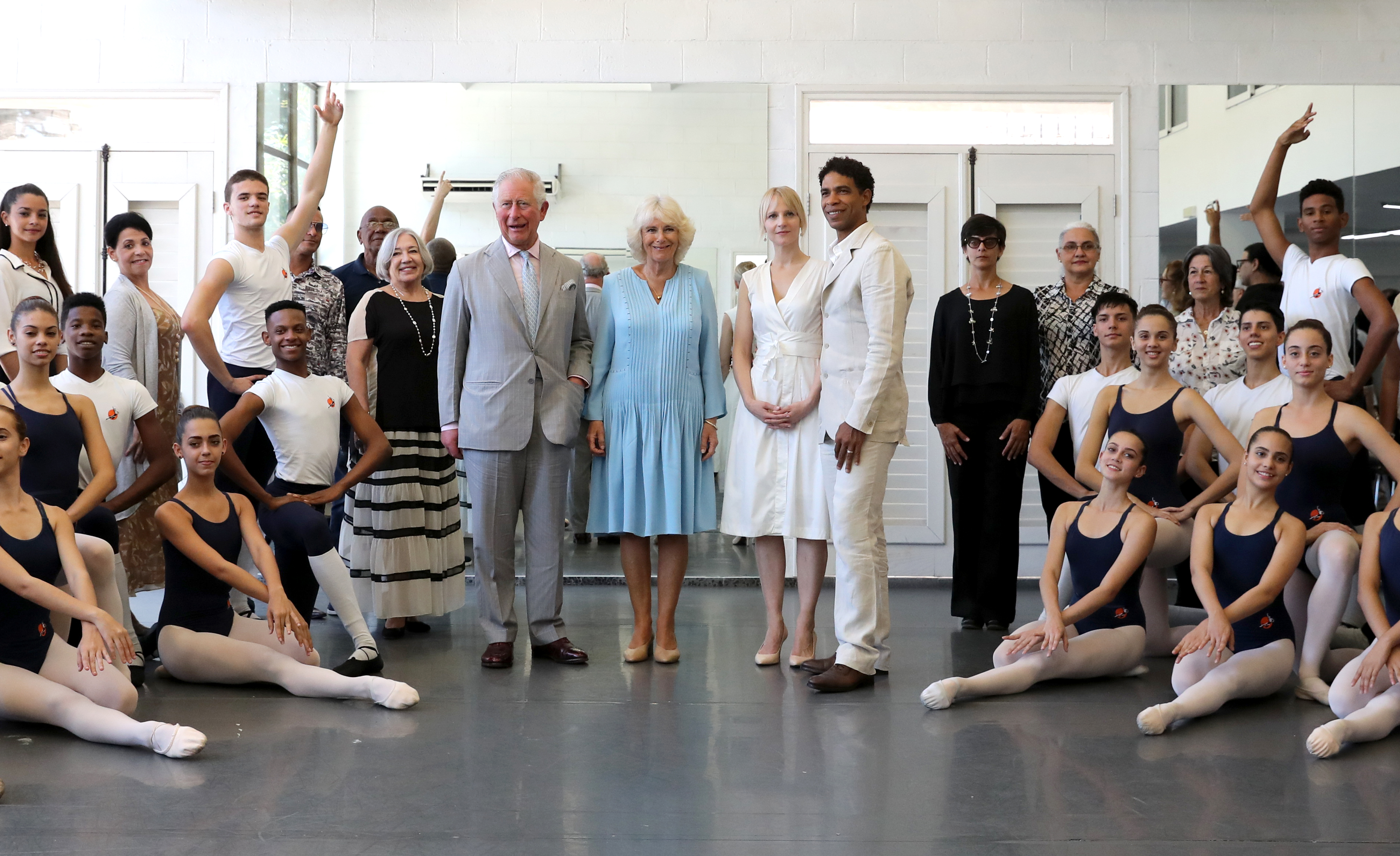 Принц Чарлз, носещ слънчеви очила, за да се предпази от жаркото карибско слънце, посети боксова школа и балетния център на танцьора Карлос Акоста, обявен наскоро за директор на Кралския балет на Бирмингам.