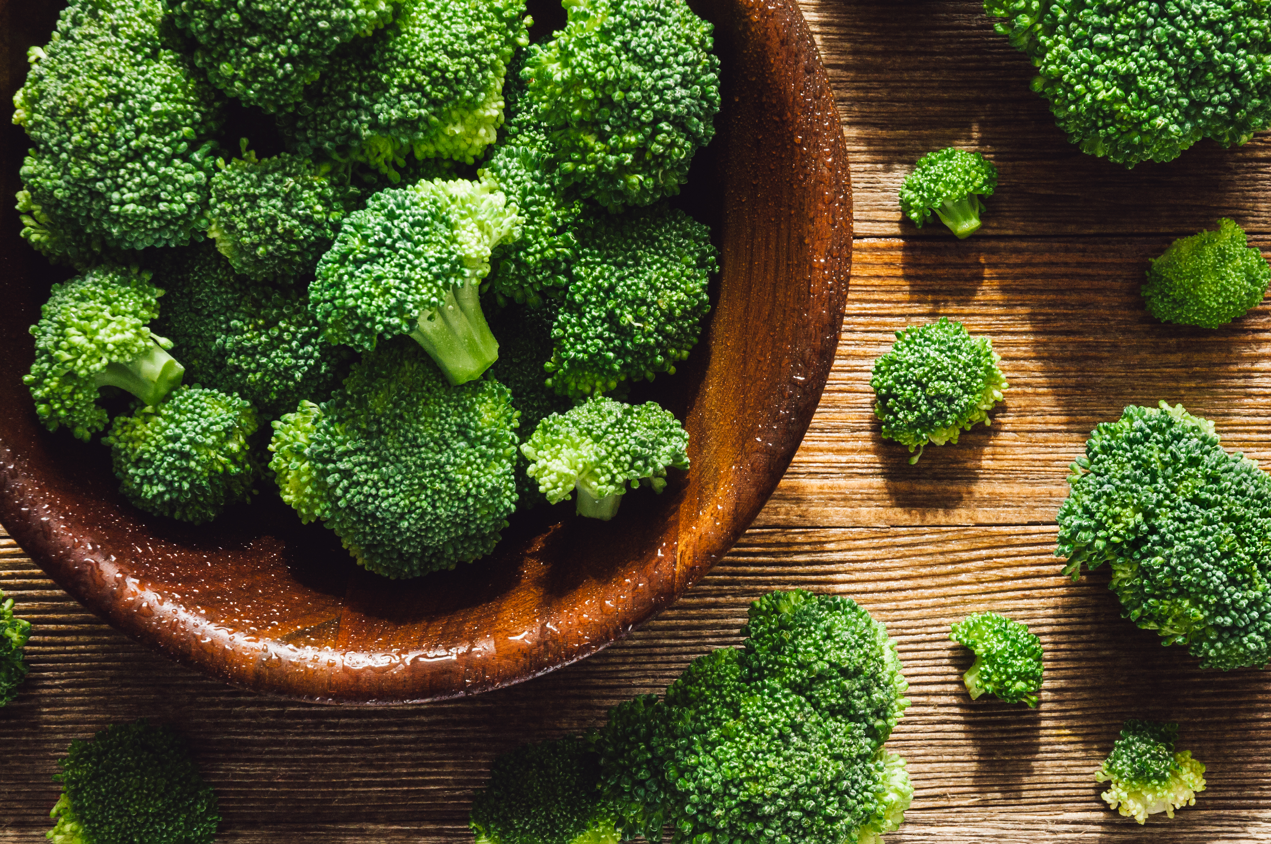 Винаги прехвърляйте прясно събраните или закупени от магазина броколи, възможно по-бързо на хладно място.Идеално могат да се съхраняват и в хладилника при малко над 0°C и при високо ниво на влажност.
