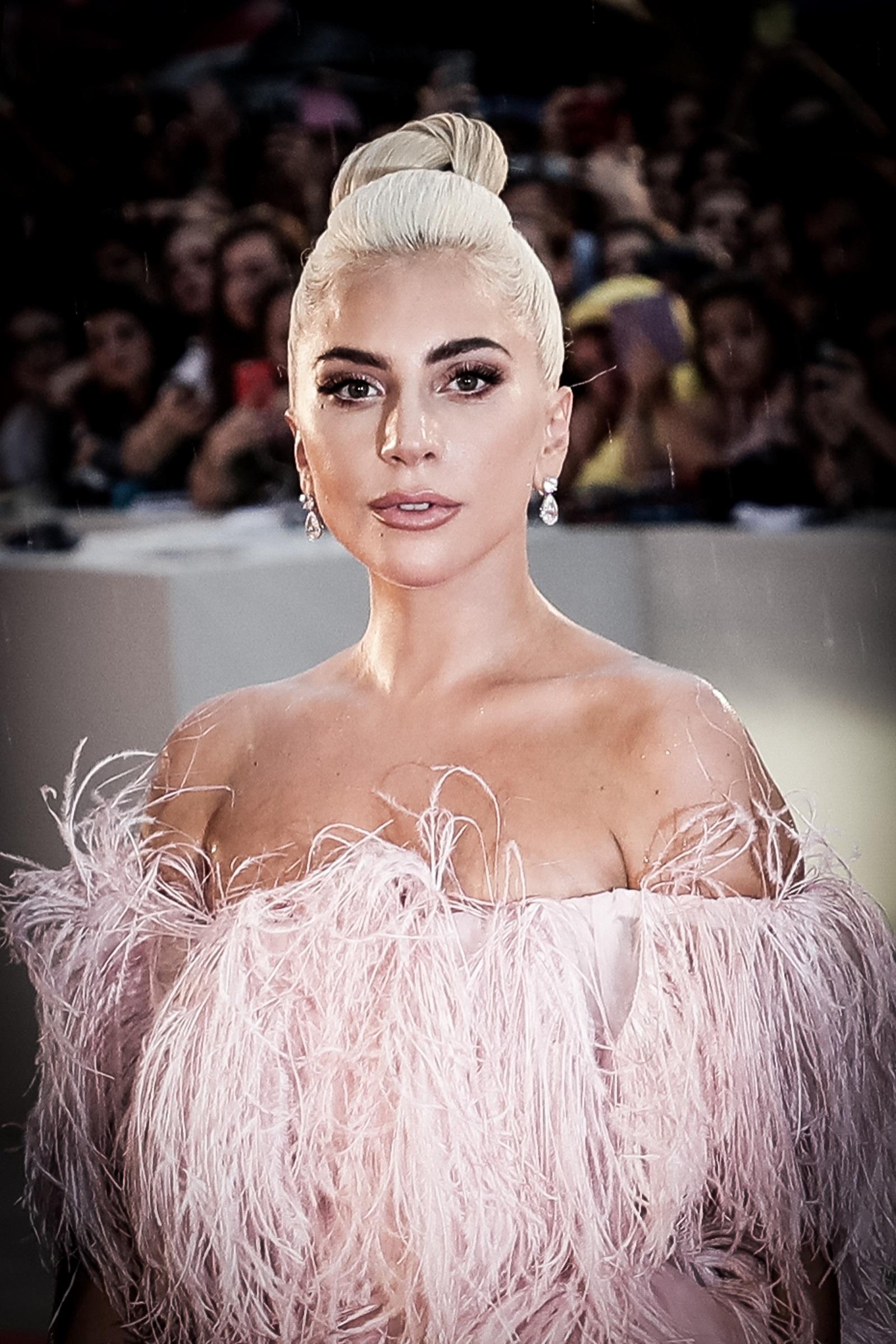 Първият си сценичен костюм Лейди Гага изработила сама от фолио и счупени закачалки.