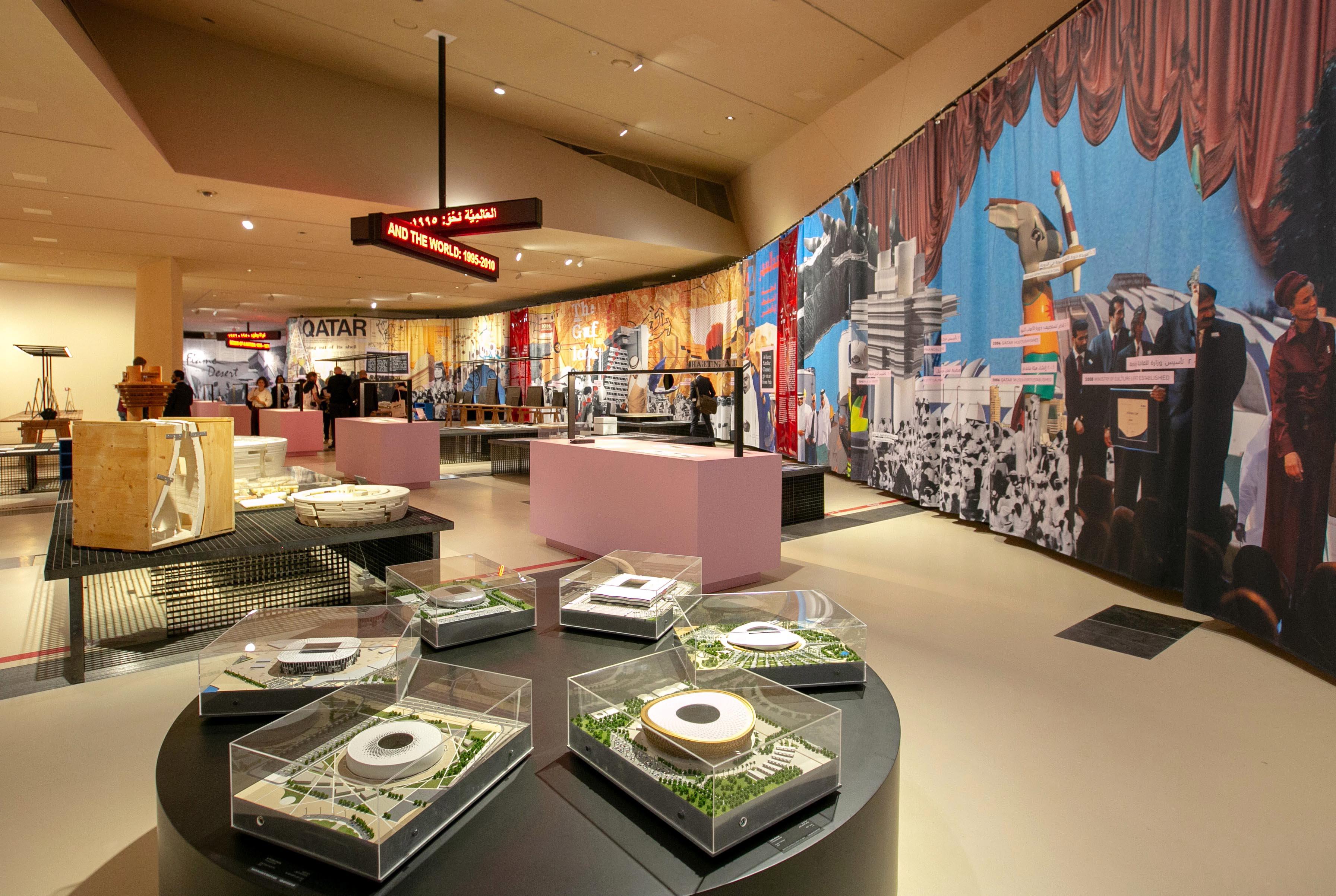 """Музеят е построен на площ 52 000 кв. м. Покривът му е изграден от 76 000 панели с 3600 различни форми и размери, които образуват 539 диска. Жан Нувел каза, че този дизайн е бил голямо техническо предизвикателство: """"Той създава вариации, неочаквани пространства и пропорции. Мисля, че посетителите ще бъдат изненадани""""."""