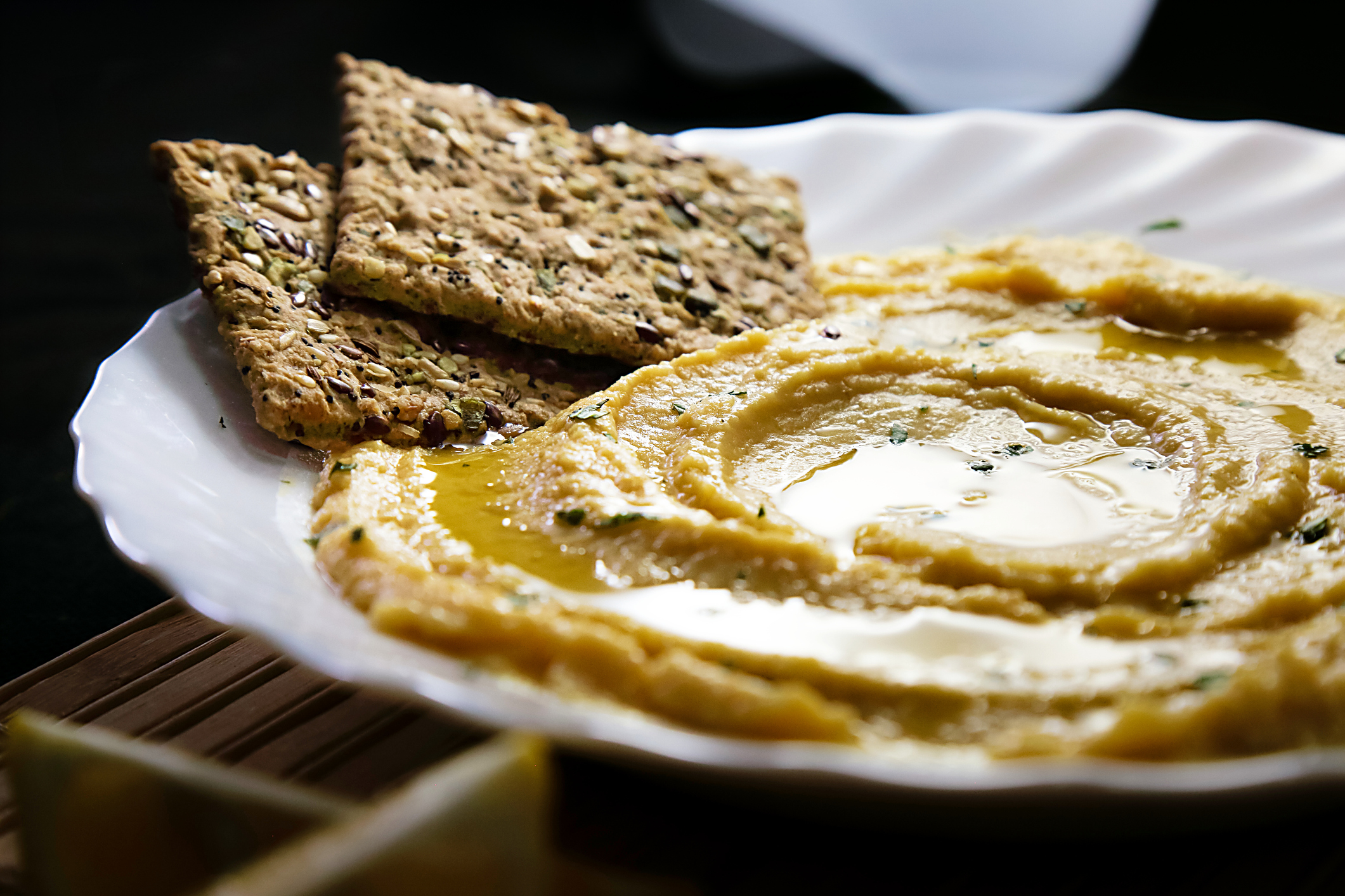 Спомага за контрола на килограмите- както вече споменахме, хумусът е отличен източник на фибри и протеин, а те спомагат за намаляването на теглото.
