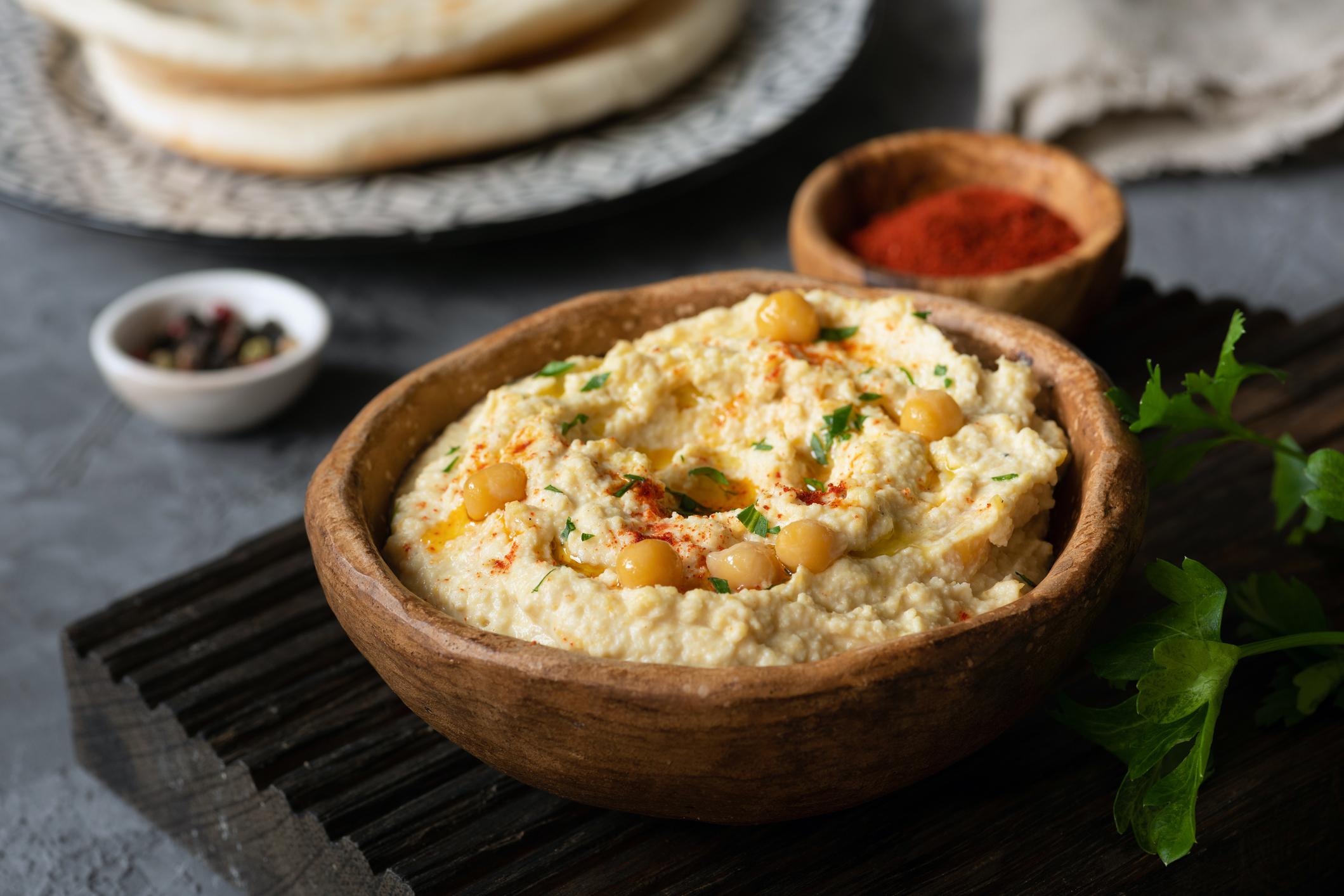 Богат е на протеини- хумусът доставя на организма ни голямо разнообразие от различни витамини и минерали. Той е отличен растителен източник на протеини, което го прави отлична хранителна опция за веганите и вегетарианците.