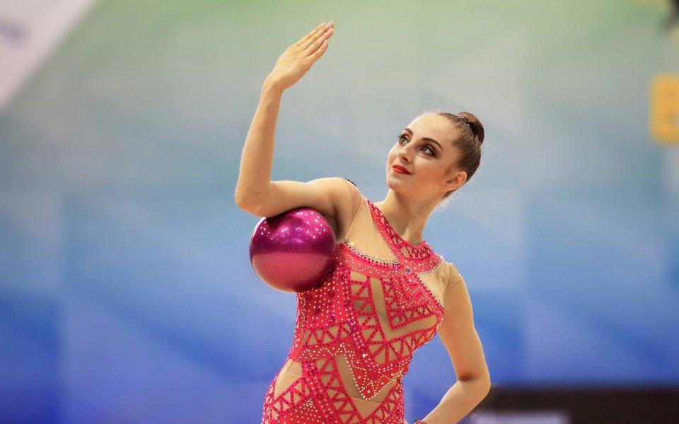 Боряна Калейн се класира за финалите на топка и обръч в Баку