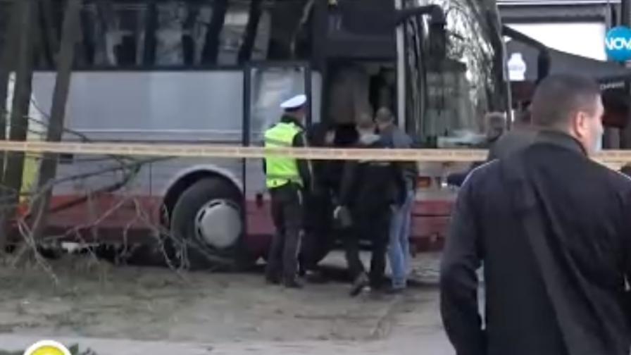 Шофьор на автобус се заби в детска площадка, получил инфаркт