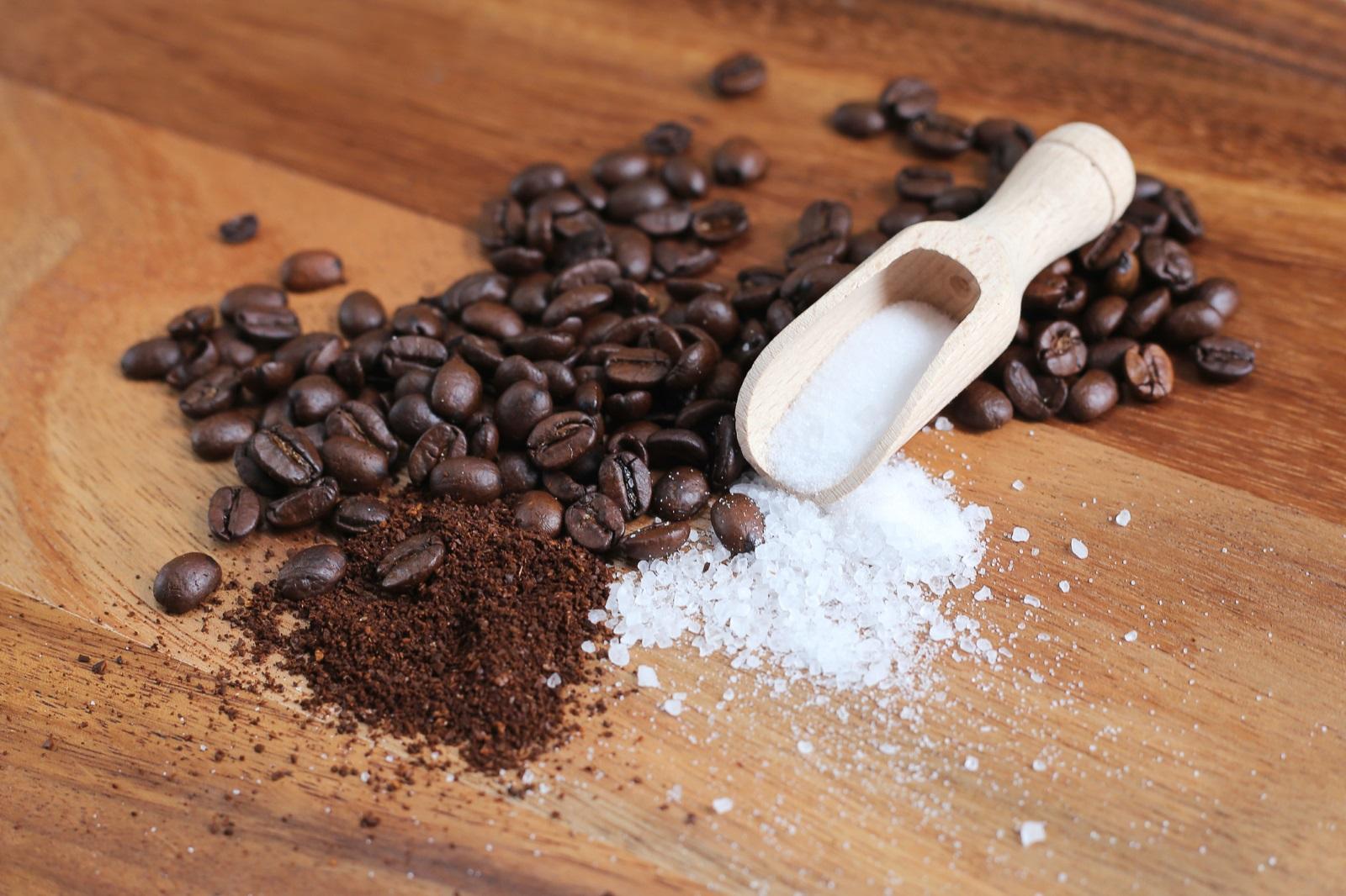 Домашен скраб за тяло<br /> 2 с.л. утайка от кафе, 2 с.л. морска сол, 1 с.л. масло от авокадо и 1 с.л. зехтин се смесват добре и с получената смес масажирате кожата под душа.