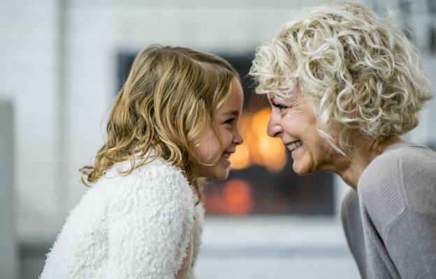 Дейна в грижите за внуците баба, запазила младежкото очарование