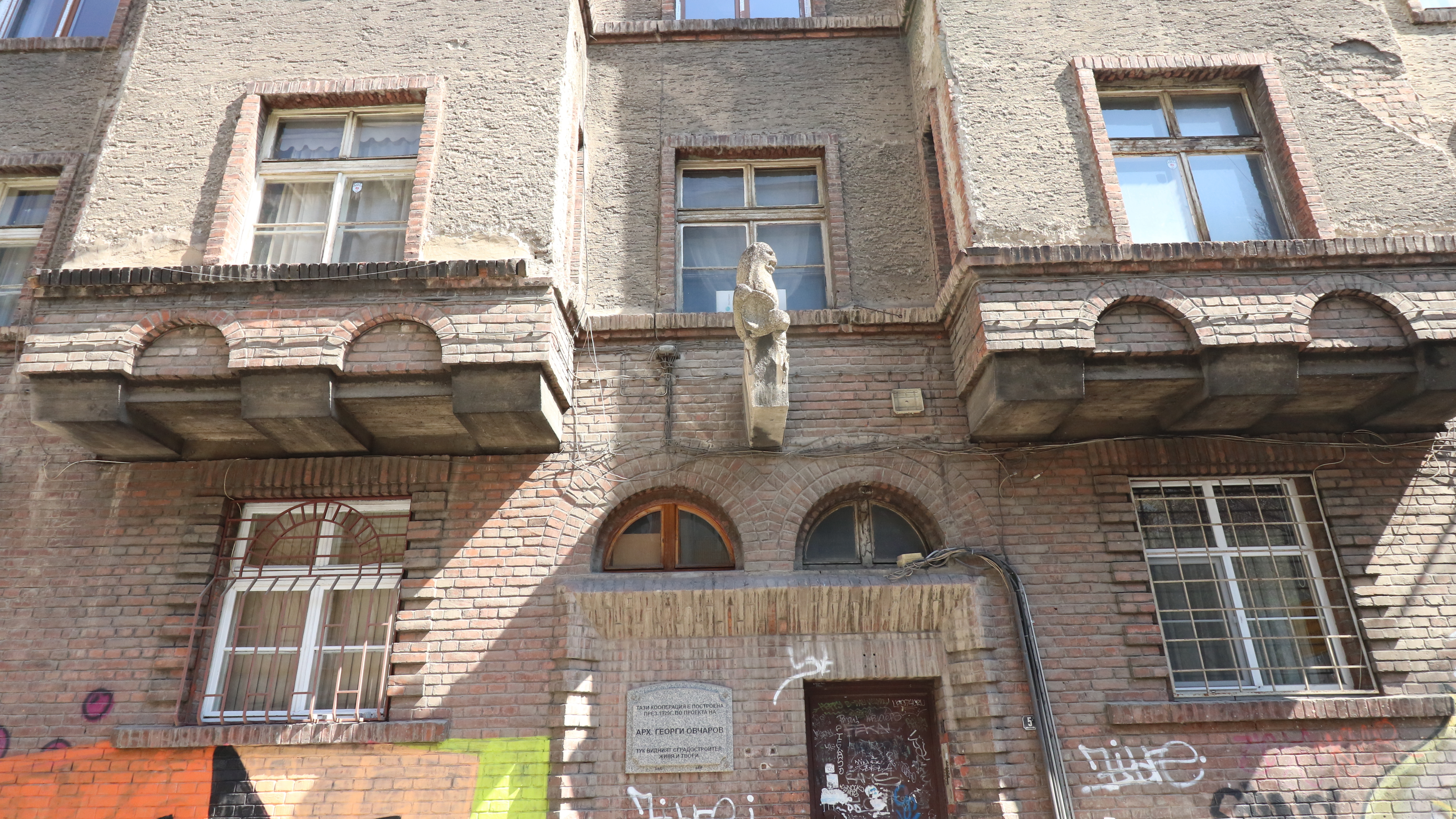 """Кооперацията на ъгъла на улиците """"Славянска"""" и """"Шести септември"""" (1929) е построена по проект на арх. Овчаров – в тази кооперация той остава да живее до края на живота си (1953 г.)"""