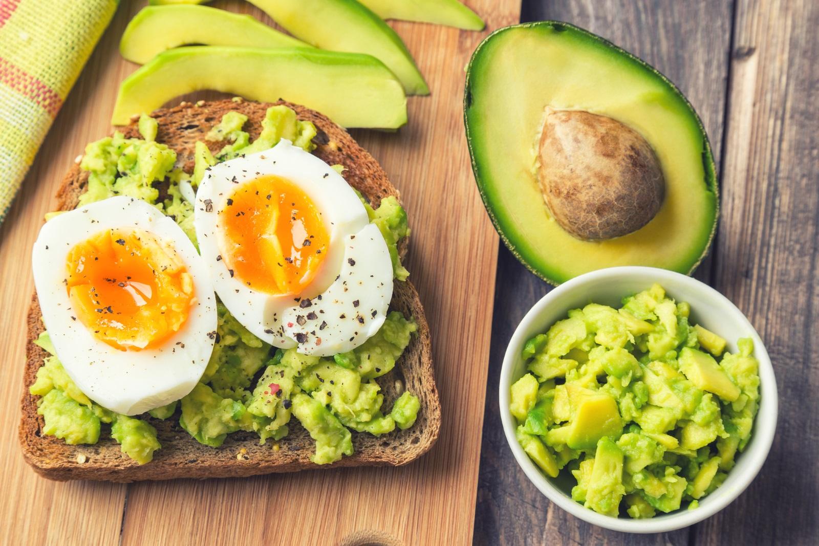 <p><strong>Закусвайте всеки ден</strong></p>  <p>По-голямата част от хората, които успяват да задържат новото си тегло след отслабване, не пропускат закуската.</p>