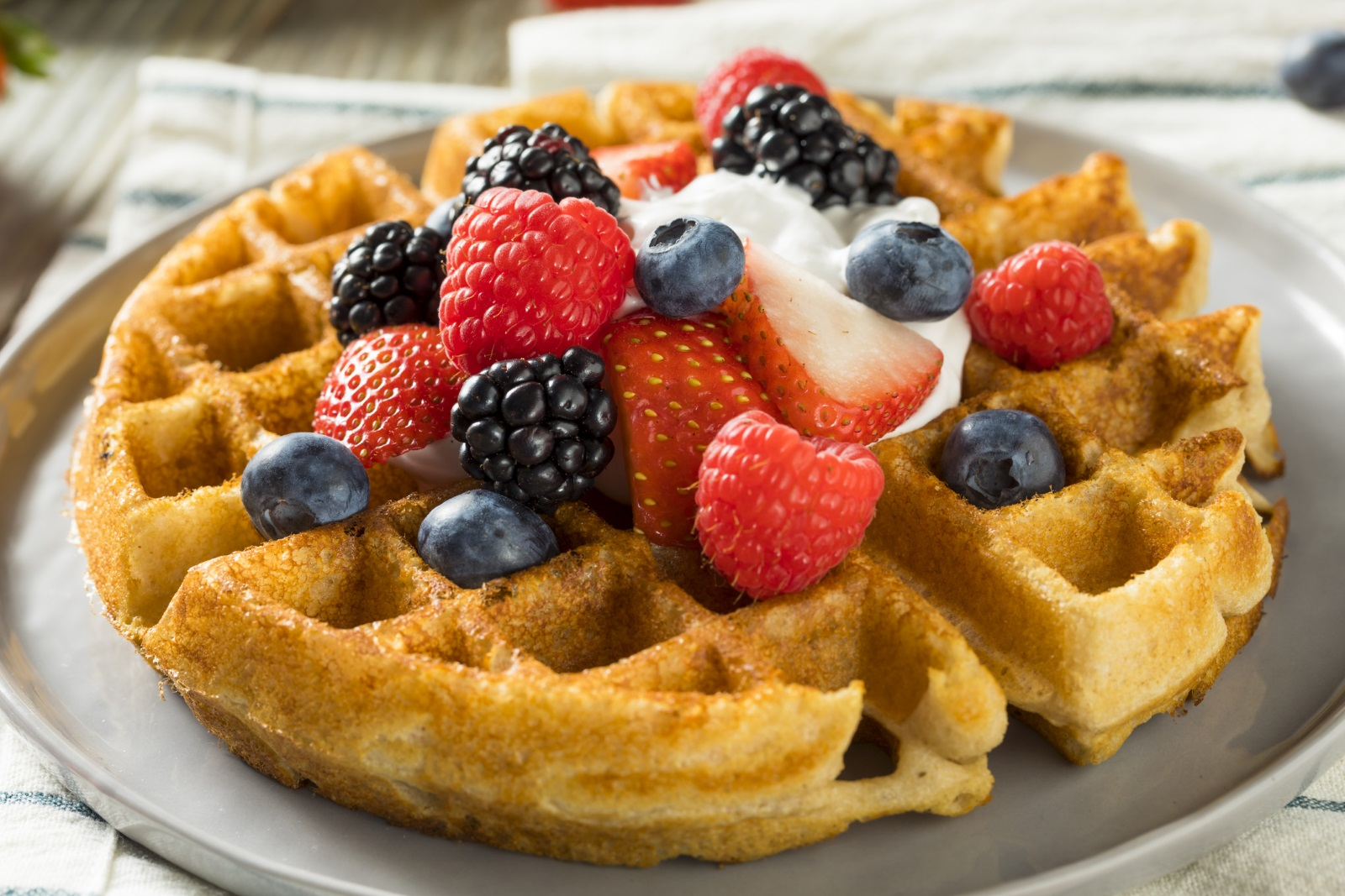 Ако половинката ви е зодия Стрелец, зарадвайте го/я с вкусни гофрети с домашно сладко или плодове за закуска.