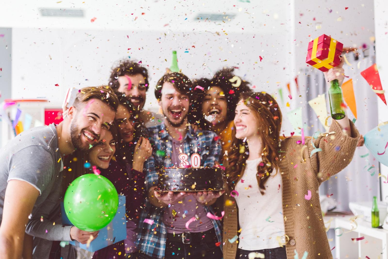 <p>Тематично парти-изненада. Може да ти звучи очевидно, но парти-изненада е чудесен жест да покажеш на партньора си колко е обичан &ndash; от теб и от всичките му приятели. Ако партито е подчинено на конкретна тема &ndash; любимо шоу, филм, храна &ndash; ще му покажеш колко много го познаваш всъщност. Признаваме, че изисква усилия, за да се организира, но ако с партньора ви имате много близки хора, които ви обичат и ще се зарадват да се включат в изненадата и да ти помогнат с подготовката, купонът и забавлението са гарантирани!</p>