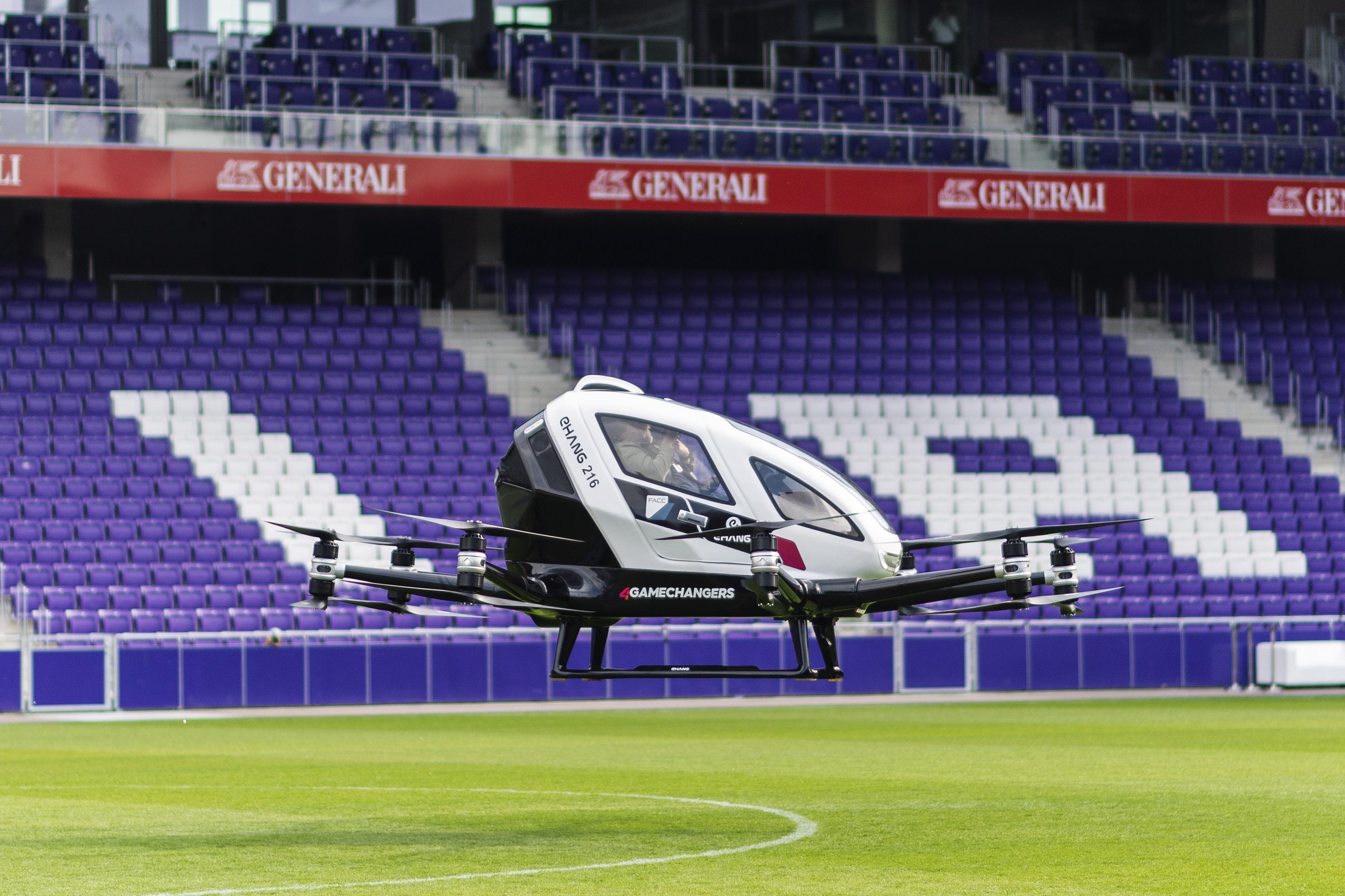 """Ehang 216, двуместен автономен пътнически летателен апарат на китайски безпилотен производител Yi-Hang Creation Science & Technology Co. AG на """"Градска въздушна мобилност"""" на футболния стадион Дженерали Арена във Виена, Австрия."""