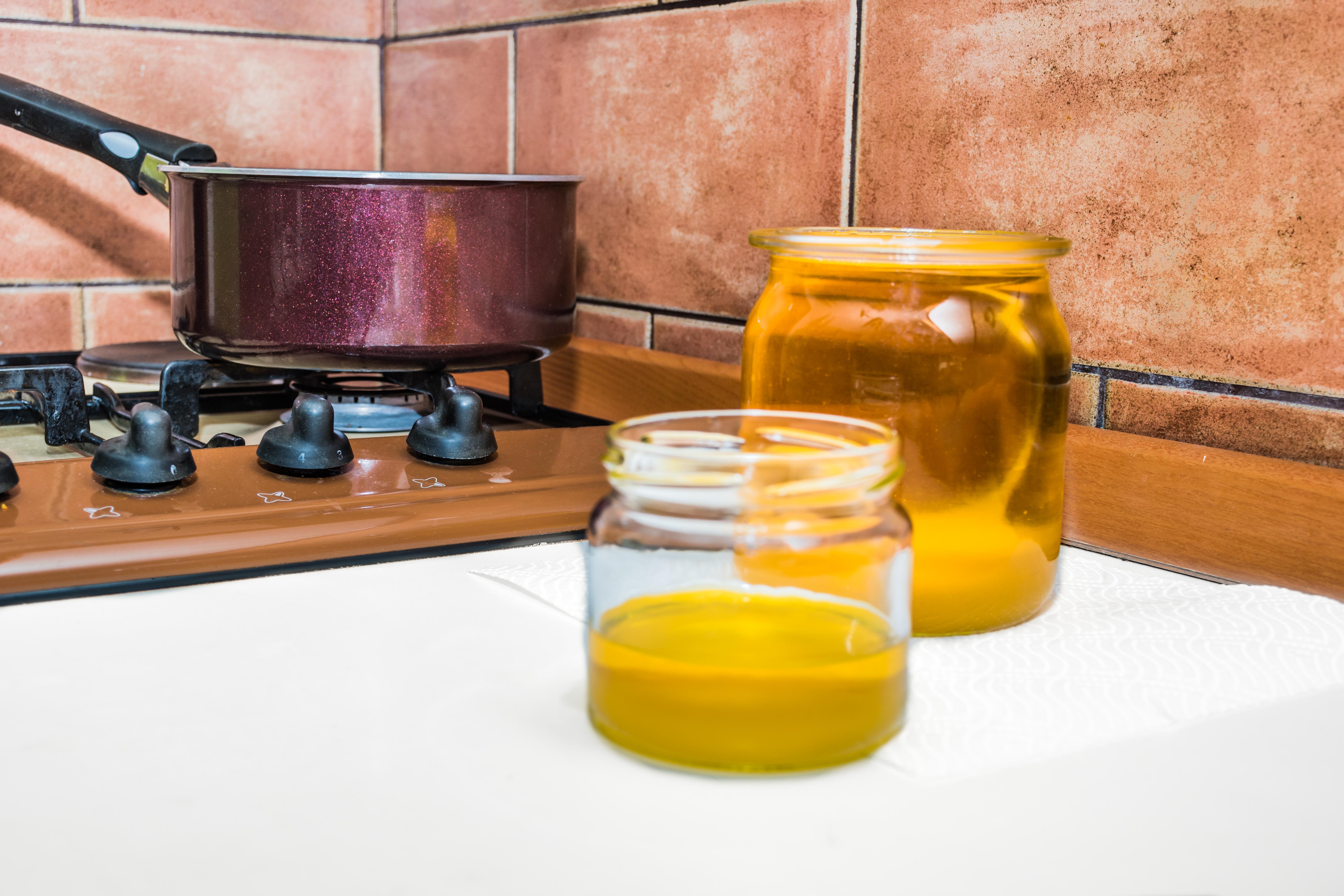 Начин на приготвяне на Гхи:<br /> Използва се качествено несолено масло, най-добре от половин или 1 кг. Като начало се поставя на слаб огън, докато се разтопи.<br /> Можете да му помогнете, като го нарежете на по-малки парчета. Когато вече е течно, топлината може малко да се засили, докато заври леко и забълбука.Маслотовсе още има плътен бял цвят.