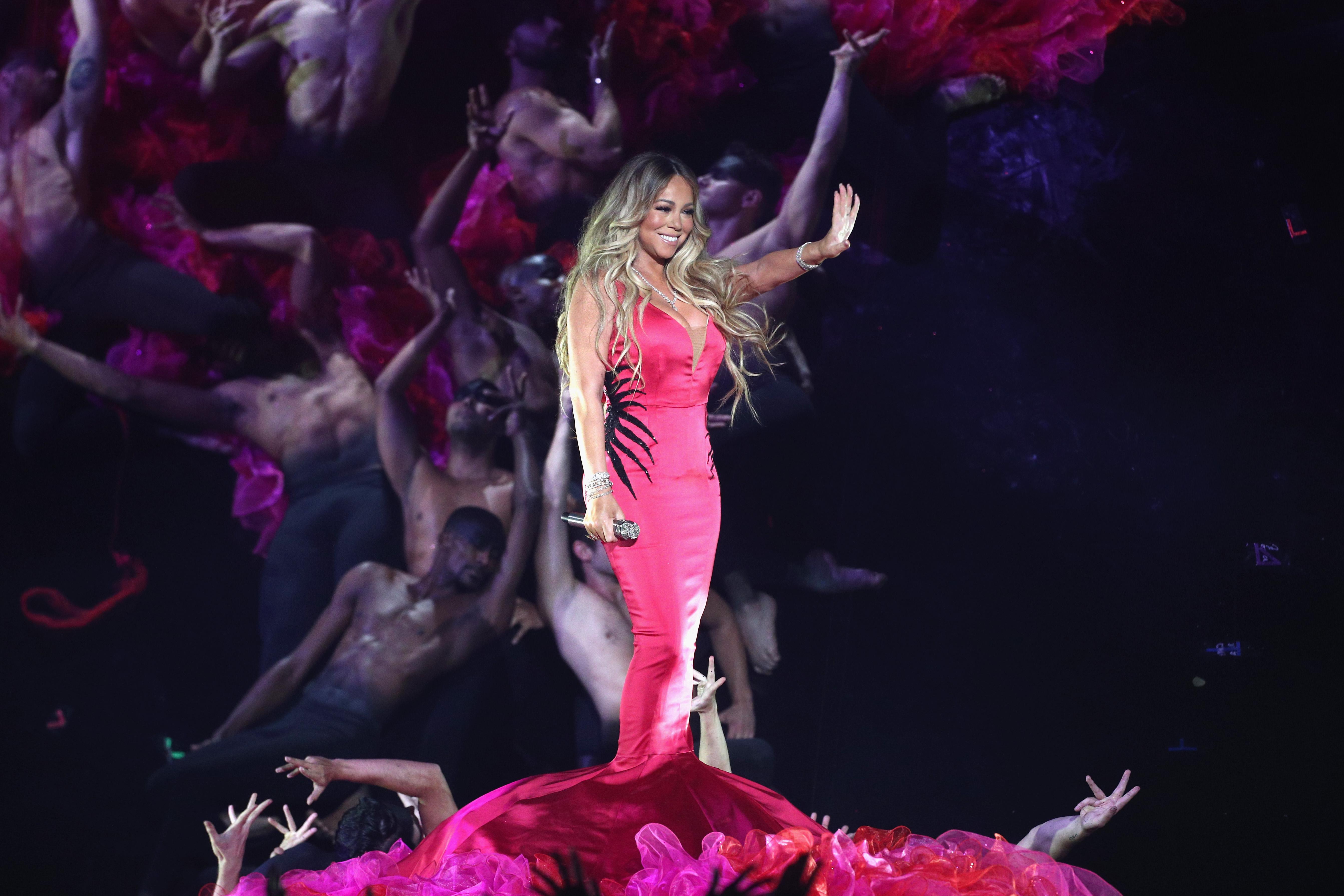 """Суперзвездата ще е също сред изпълнителите на наградната церемония на 1 май в Лас Вегас.<br /> Марая Кери притежава рекорда за най-много хитове номер едно в класацията на """"Билборд"""" за сингли Хот 100 - 18. Сред тях са """"Vision of Love"""", &#39;&#39;Hero"""", &#39;&#39;Honey"""", """"We Belong Together"""". Дуетът й """"One Sweet Day"""" с """"Бойз ту мен"""" е най-дълго задържалата се песен на първо място в класацията - 16 седмици."""