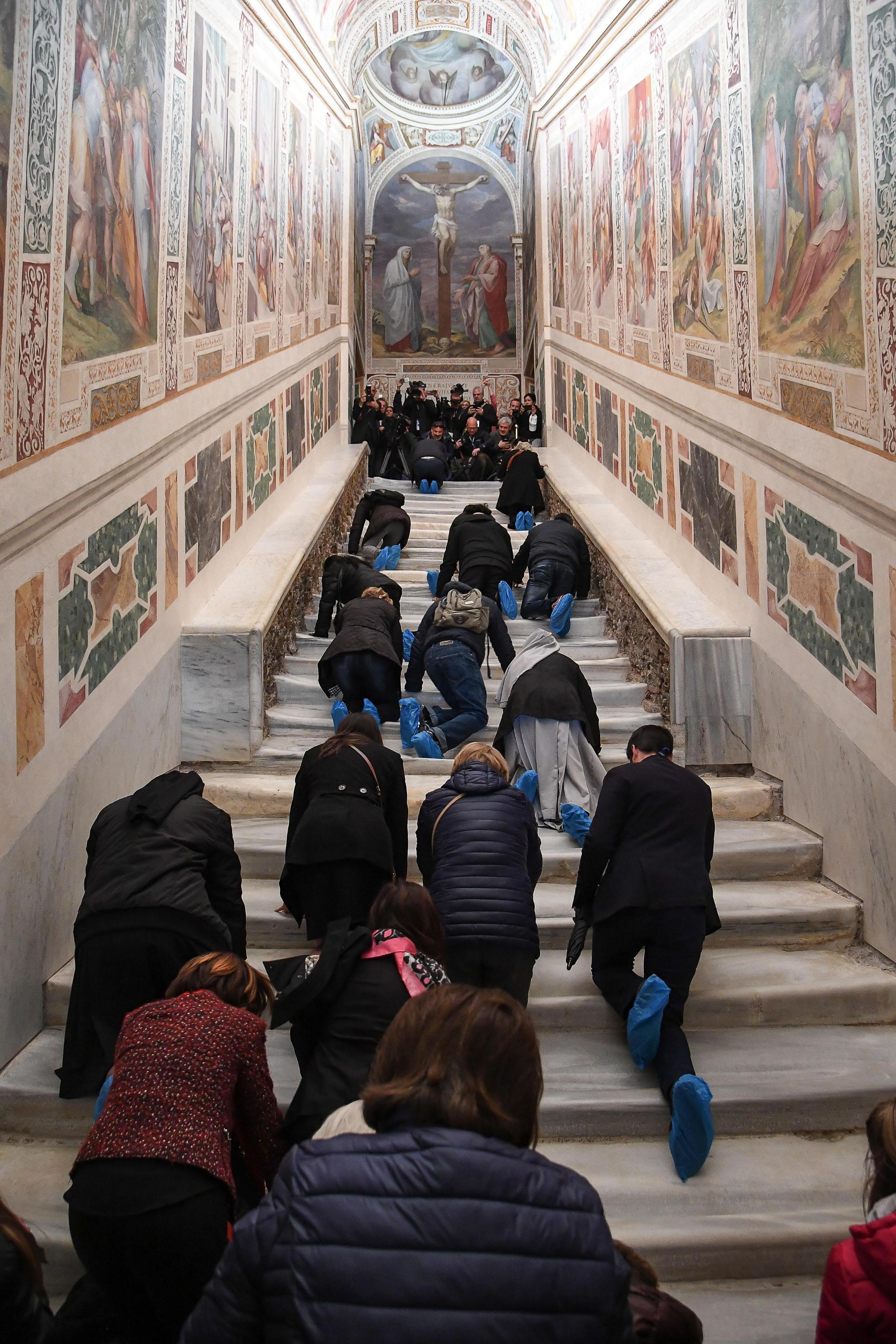 Според легендата на единадесетото стъпало е покапала кръвта на Христос. Стълбата толкова се е износила през вековете, че на места стъпалата били вдлъбнати с 15 сантиметра от пълзенето на вярващите. Това наложило те да бъдат покрити.