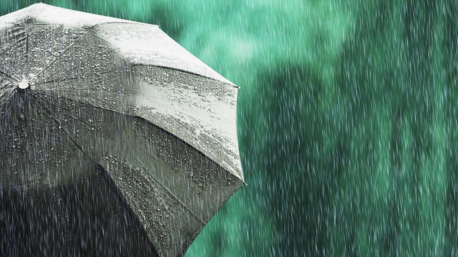 Дъжд и гръмотевици, идват градушки, опасност от наводнения