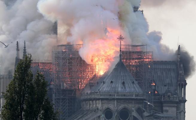 Гори катедралата Нотр Дам в Париж