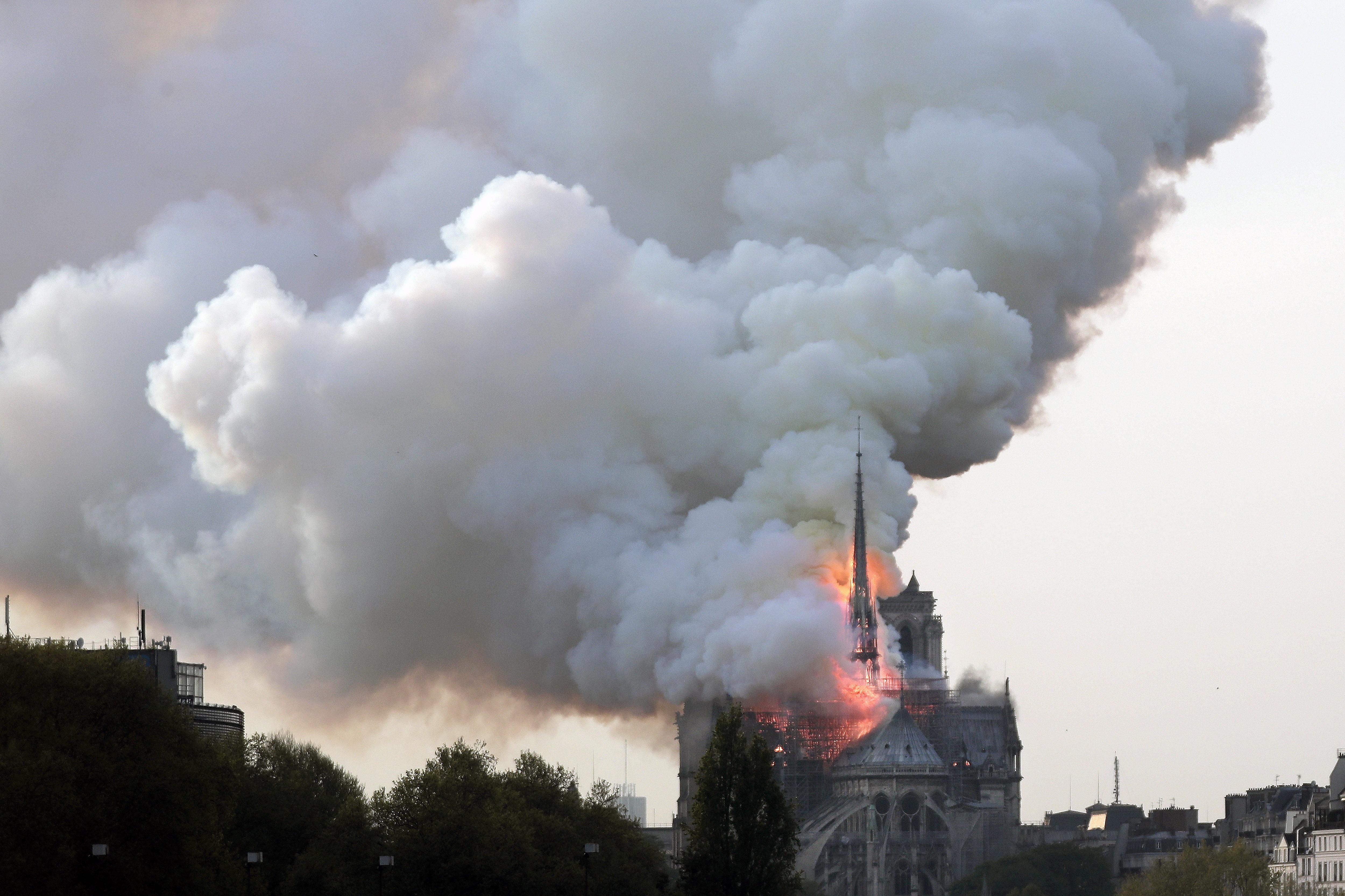 Пожар опустошава катедралата Нотр Дам в Париж