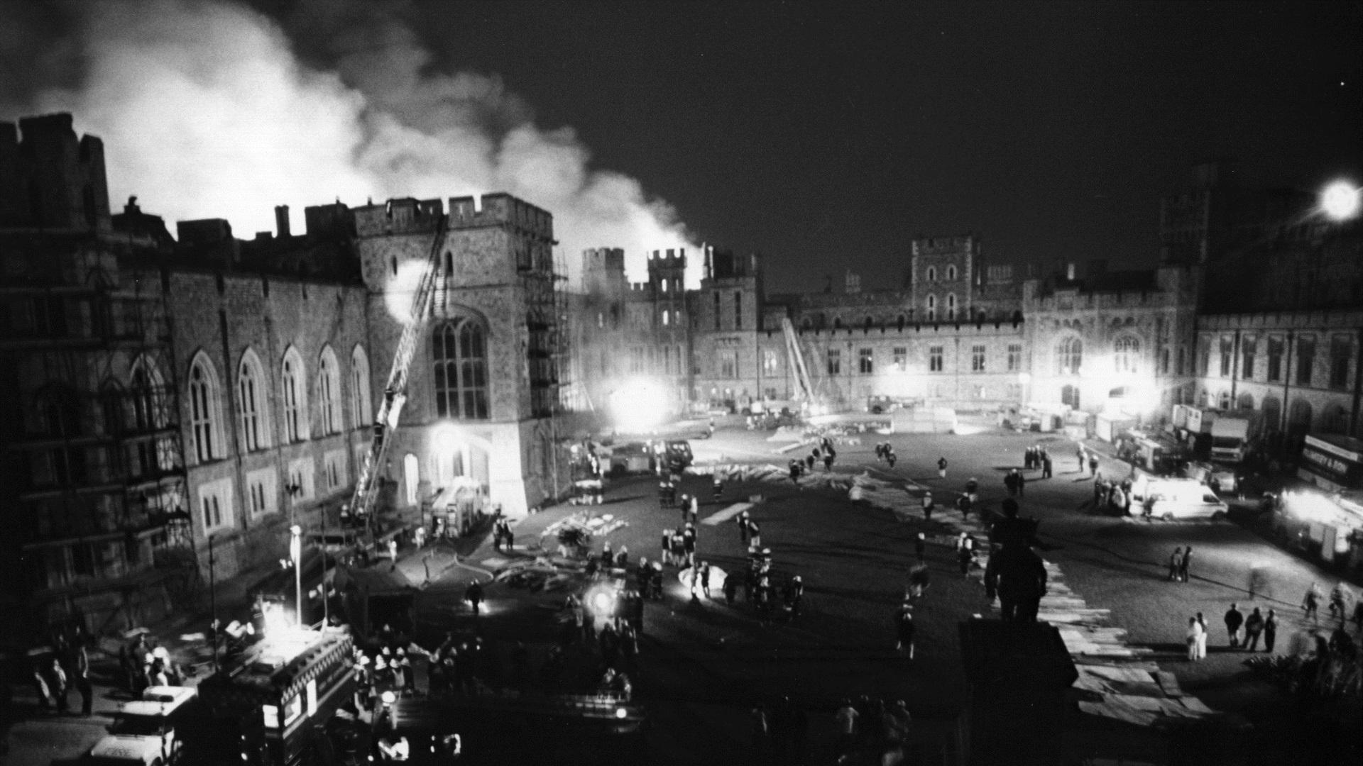 Замъкът Уиндзор е една от най-посещаваните исторически забележителности в Англия. Сегашната кралицаЕлизабет е прекарала голяма част от детството си тук. През 1992 година опустошителен пожар частично унищожава 100 стаи в апартаментите за церемониално и лично ползване на кралицата.Пожарът започва от частния параклис на кралица Виктория, като се смята, че е причинен от прожектор, който бил насочен и поставендозавеса.За реставрацията и обновлението му са похарчени 53 млн. долара.