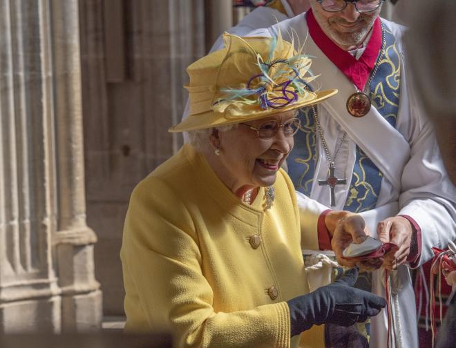 Елизабет Втора раздаде монети за Велики четвъртък на 93-ма възрастни мъже и 93 възрастни жени. Удостоените с тази чест са изявени личности от местната общност и добри християни.<br /> Възрастните хора получиха от кралицата две малки торбички.