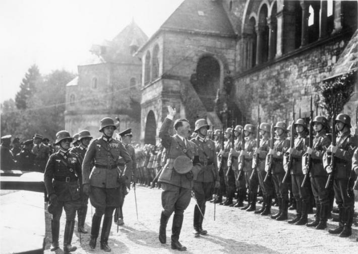 """Ромел вижда Хитлер като """"обединител на нацията"""", а Хитлер се възхищавал на военната мисъл на генерала, затова го назначава първо начело на обучението на Хитлерова младеж, а след това да ръководи и най-значимите операции от Втората световна война."""