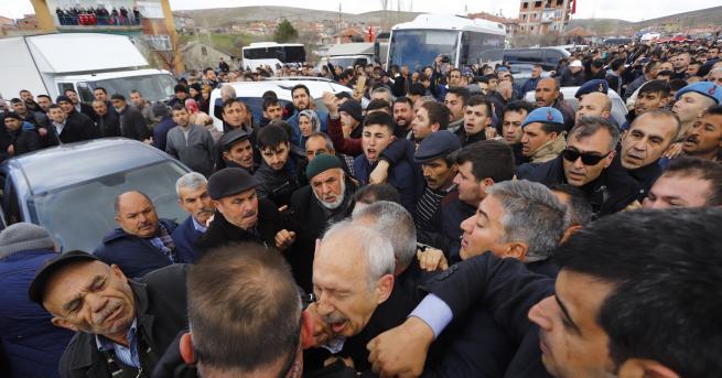 Снимка: Нападнаха лидера на главната опозиционна партия в Турция