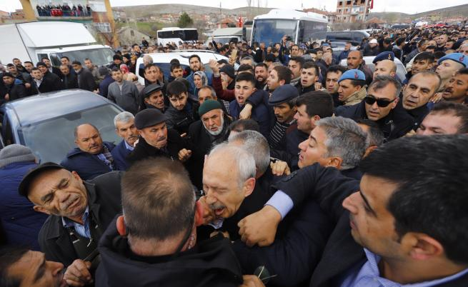 Нападнаха лидера на главната опозиционна партия в Турция