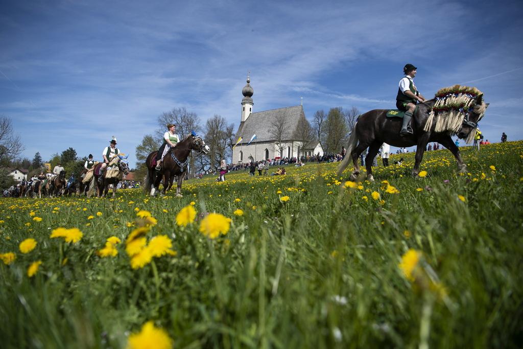 Стотици ездачи в баварския град Траунщайн участваха в традиционния парад на Светли Понеделник, като отидоха с конете си в местната църква за благословия. Георгирит, едно от най-големите конни поклонения, се провежда в Бавария всяка година в чест на св. Георги
