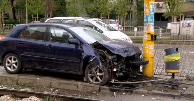 Снимка: Жена с над 3 промила се заби в стълб в София