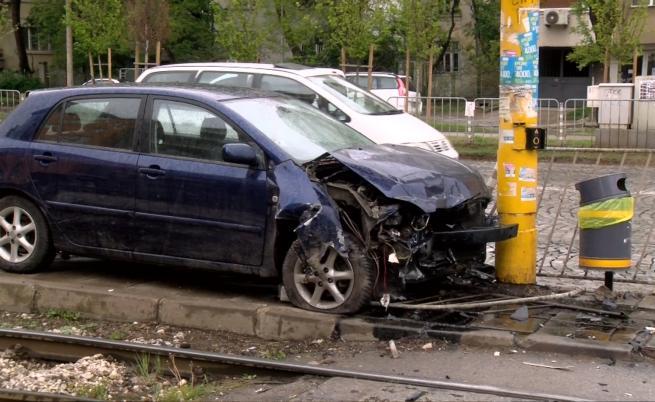 Пияна жена заби колата си в стълб в София