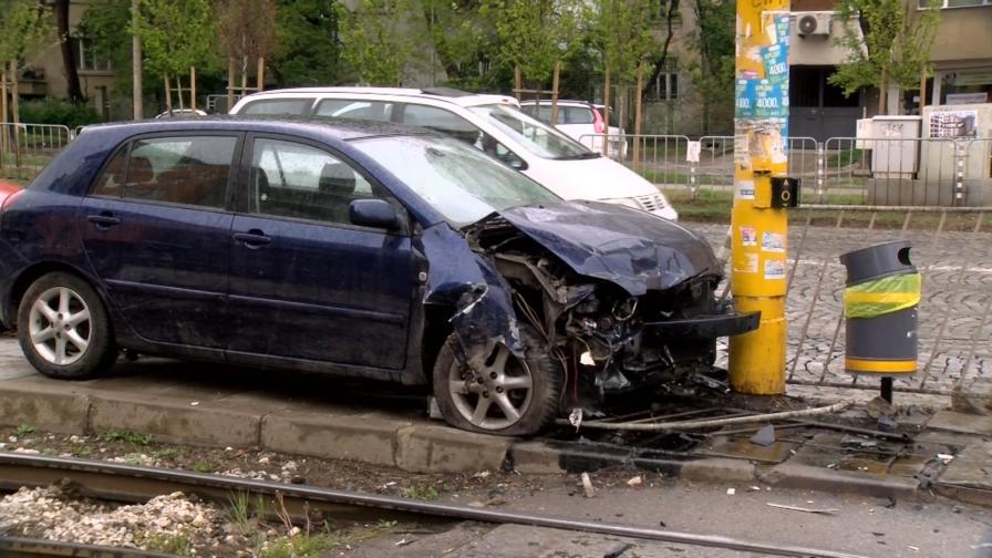 <p>Пияна жена <strong>заби колата си в стълб</strong> в София</p>
