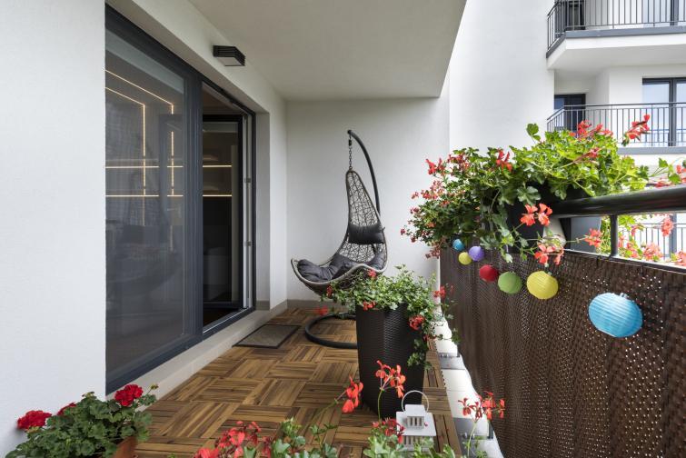 Саксиите могат да бъдат окачени на парапета на балкона и засадени с растения и цветя според вкуса на наемателите. Тяхното закрепване обаче трябва да отговаря на изискванията, защото в противен случай при силен вятър могат да паднат и да застрашат минувачите.Съседите трябва да се примирят с факта, че по балкона им може да падат листа и цветове от горния балкон, но не са длъжни да търпят увивни и пълзящи растения, които излизат извън парапета на съседните жилища. И най-важното: на балкона не бива да се засаждат дръвчета.