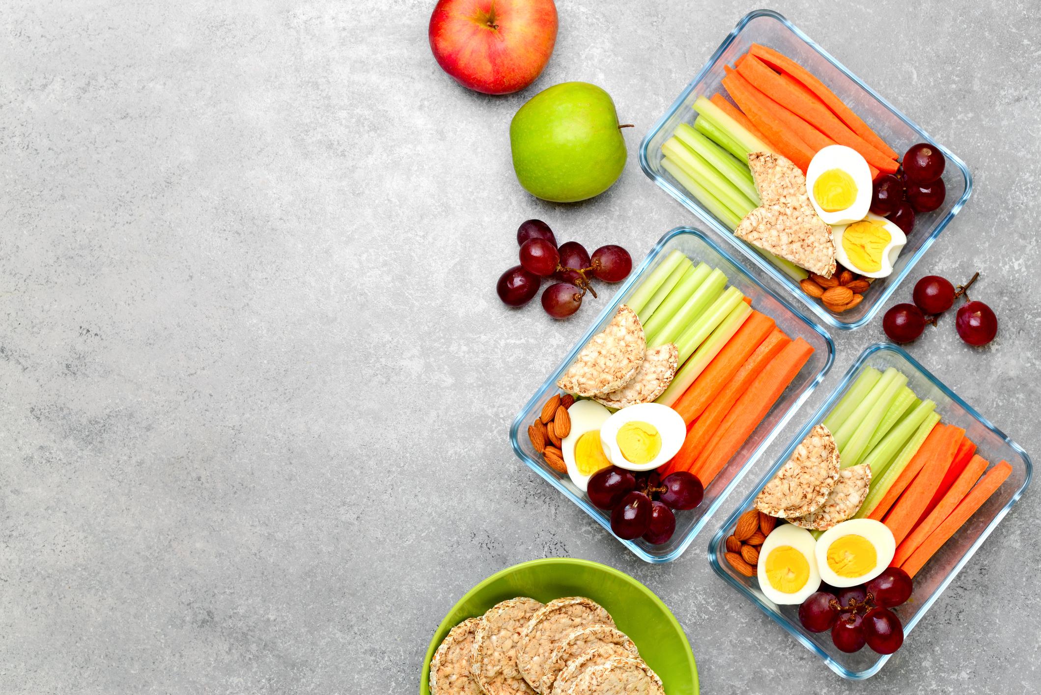 Кутии за съхранение на храна<br /> Никой не е казал, че не трябва да ядете манго и ананас. Просто мястото им не е в купата с плодове, а в кутии за съхранение на храна, в които сте ги сложили предварително нарязани и готови за хапване. Така винаги, когато искате просто да хрупате нещо, ще имате здравословна алтернатива.<br />