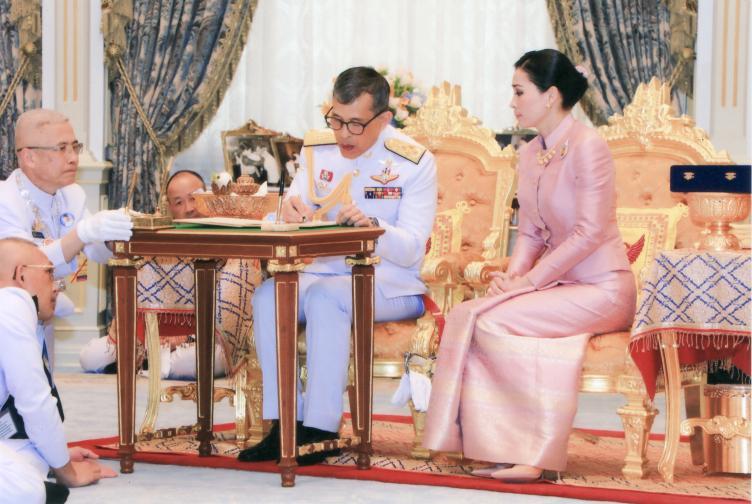 Тайланд крал кралица