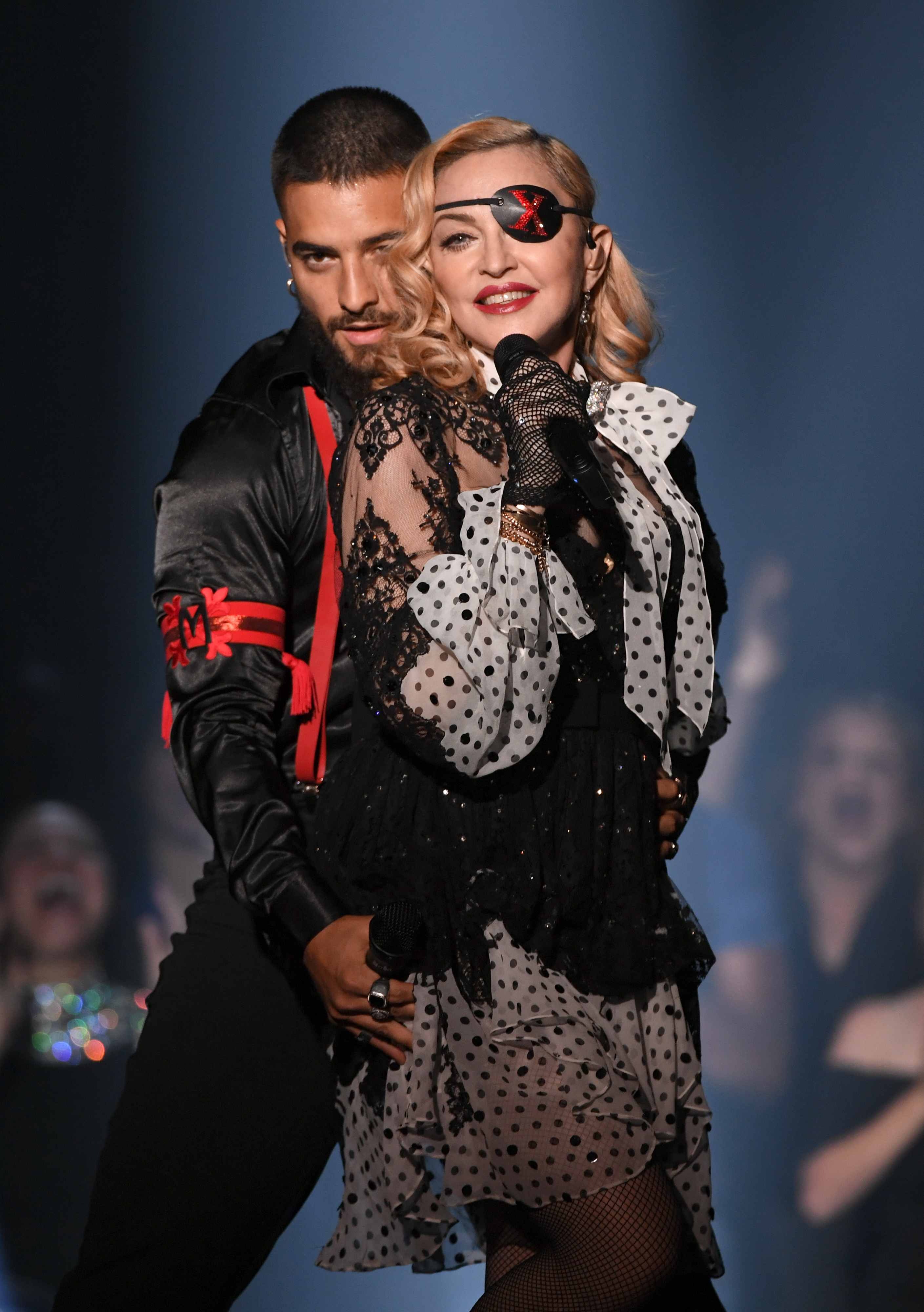 Кралицата на поп музиката Мадона и колумбиецът Малума изпяха новата си песен Medellin, като на сцената с тях танцуваха и холограми на Мадона в различни одежди.Песента е от 14-ия албум на певицата Madame X, който ще има премиера на 14 юни.