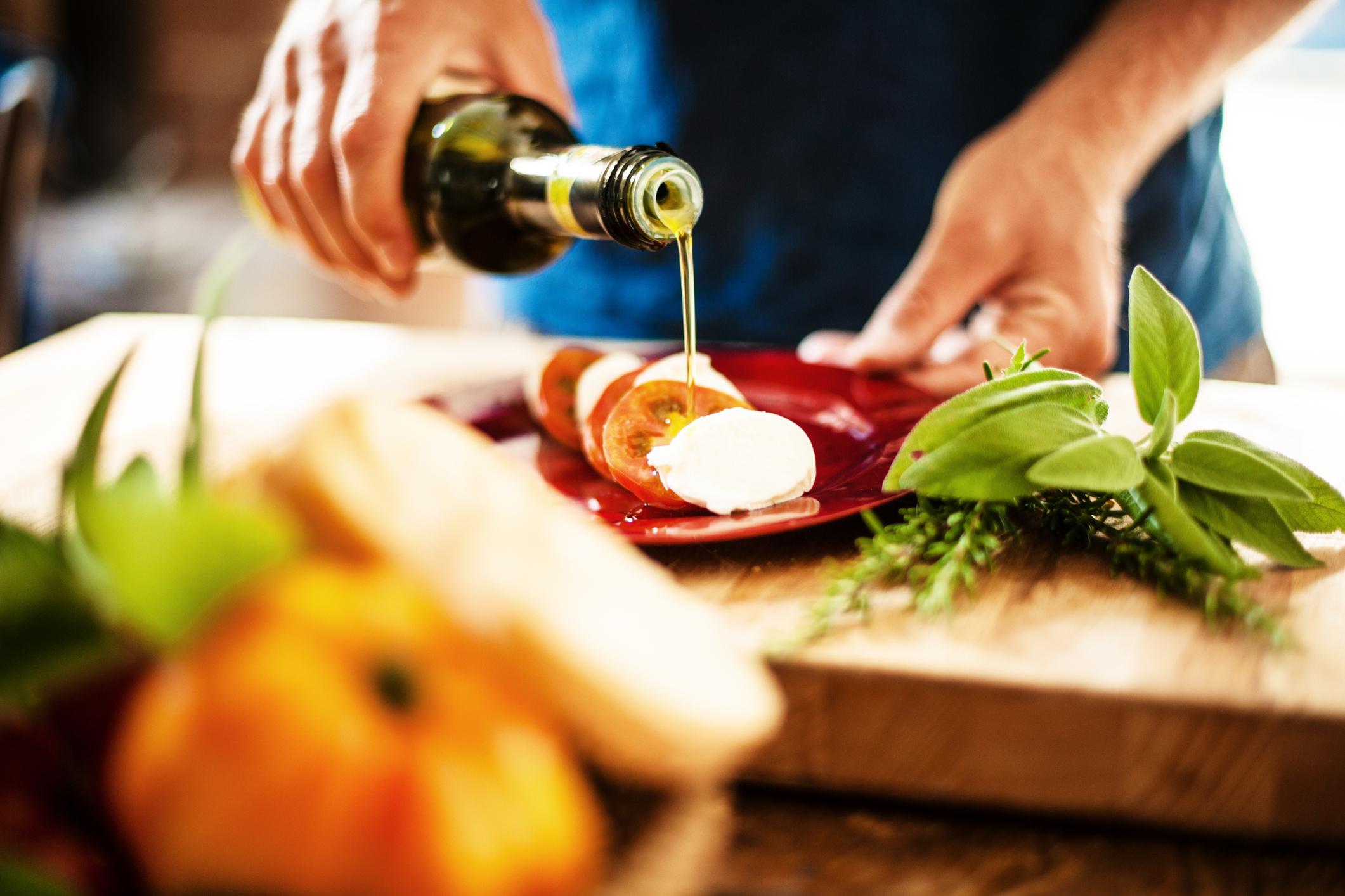Купувайте бутилка евтин и бутилка скъп зехтин: Ако често използвате зехтин за приготвянето на различни ястия, то най-доброто, което можете да направите, е да си подсигурите под ръка един с високо качество и един по-обикновен.