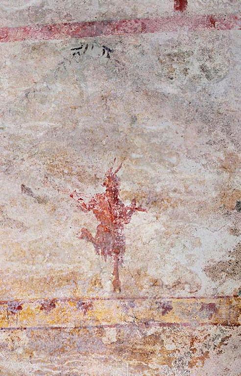 По стените има изрисувани пантери, кентаври и сфинксове и богата флорална декорация.
