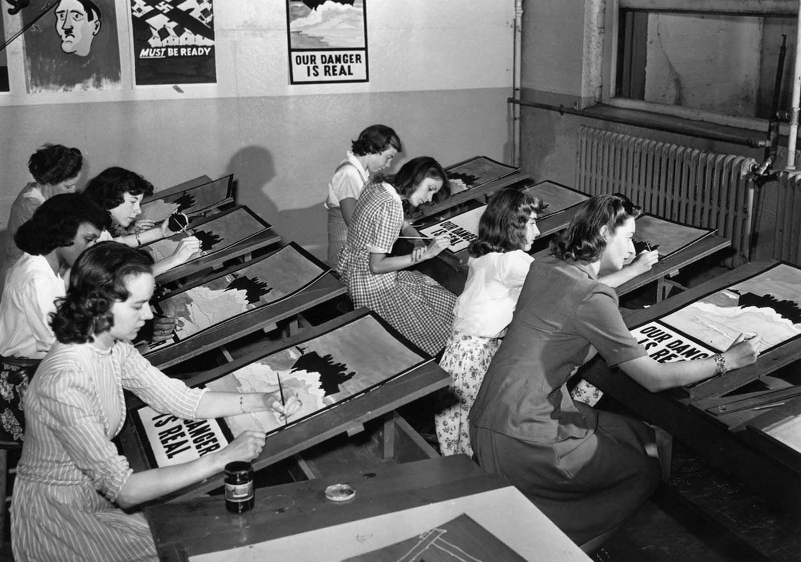 8 юли 1942 г., Порт Вашингтон, Ню Йорк: Жени рисуват германски пропагандни постери.
